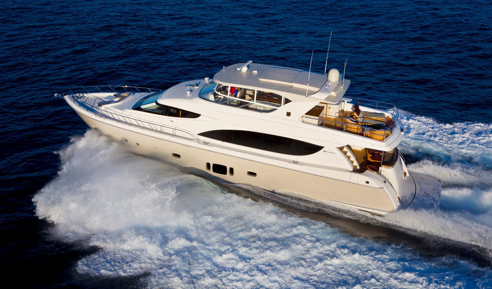 ... high-speed motor yacht / flybridge / planing hull ...