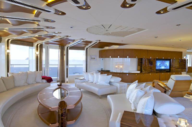 Cruising Mega Yacht Wheelhouse VIVE LA VIE Lurssen Yachts