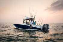 Outboard center console boat / twin-engine / sport-fishing / 8-person max.