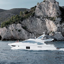 Cruising motor yacht / flybridge / GRP / planing hull
