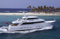 High-speed motor yacht / with enclosed flybridge