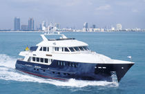 Expedition super-yacht / flybridge / displacement hull