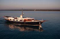 Classic mega-yacht / wheelhouse