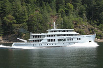 Explorer mega-yacht / displacement hull