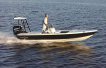 Outboard flat boat / center console / sport-fishing / 6-seater