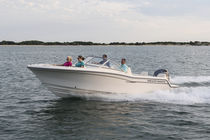 Outboard runabout / bowrider / dual-console / 8-person max.