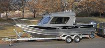 Inboard cruising fishing boat / 10-person max.