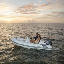 Outboard inflatable boat / semi-rigid / center console / yacht tender
