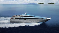 Cruising super-yacht / with enclosed flybridge / aluminum / planing hull