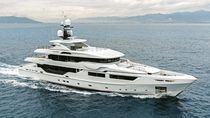 Cruising mega-yacht / wheelhouse