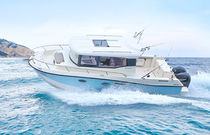 Outboard cruising fishing boat / twin-engine