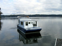 Outboard houseboat / canal