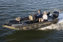 Outboard jon boat / side console / sport-fishing / 4-person max.
