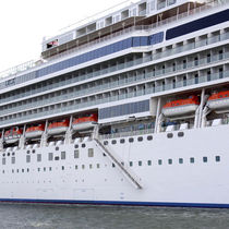 Cruise ship gangways / telescopic / with handrails