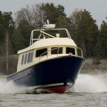 Outboard trawler / displacement hull / flybridge