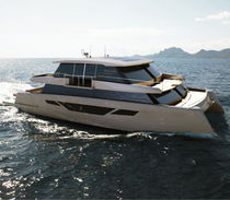 Catamaran motor yacht / cruising / with enclosed flybridge / semi-custom