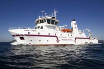 Monohull oceanographic research ship