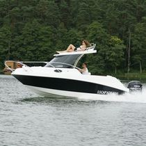 Outboard day cruiser / with enclosed cockpit / 6-person max.