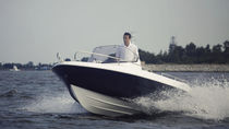 Outboard center console boat / side console / 6-person max. / sundeck