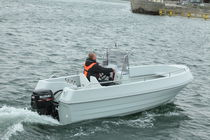 Outboard center console boat / sport-fishing / 7-person max.