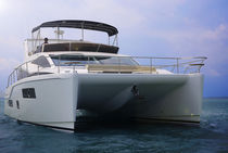 Catamaran express cruiser / inboard / twin-engine / flybridge