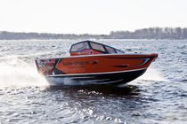 Outboard bay boat / dual-console / sport-fishing / 5-person max.