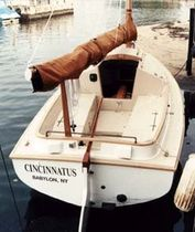 sailboat : classic day-sailer (cat boat) THOM CAT 19 Thompson Boatworks
