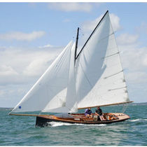 sailboat : classic day-sailer (gaffsail cutter, wooden, lifting keel, electric in-board) ARCACHON CHANTIER DES ILEAUX