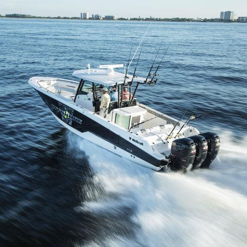 outboard center console boat / triple-engine / open / flybridge