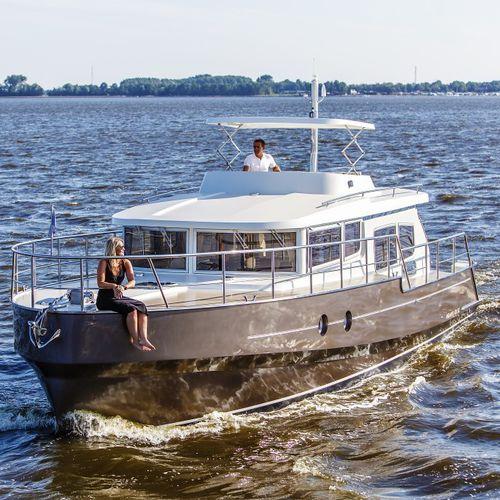 inboard express cruiser / flybridge / 6-berth / sundeck