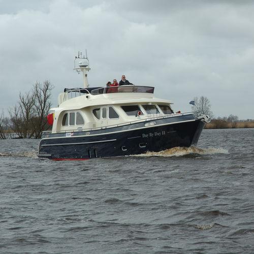 inboard express cruiser / flybridge / canal / 2-cabin