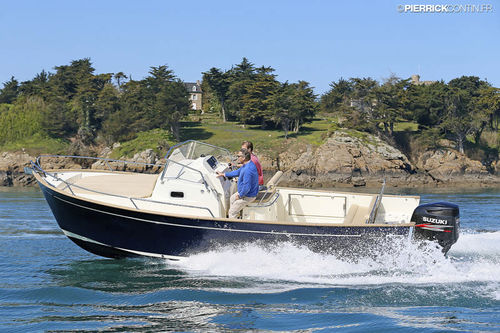 outboard day cruiser / planing hull / open / center console