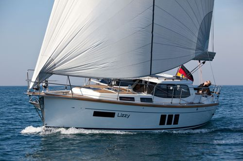 monohull / cruising / with enclosed cockpit / deck saloon