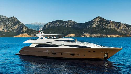 cruising super-yacht / flybridge / displacement hull