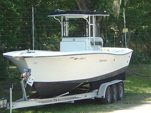 inboard center console boat / center console / open / sport-fishing