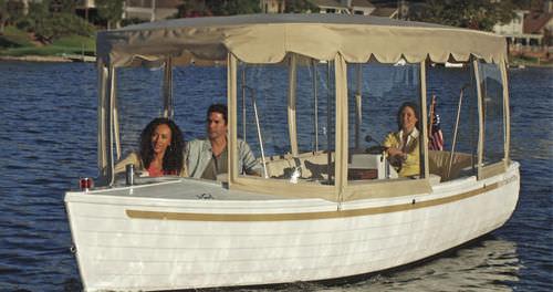 electric center console boat / 9-person max.