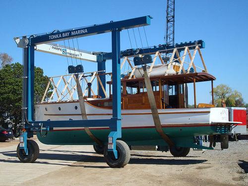 Remotely controlled travel lift BFMII series Marine Travelift, Inc.
