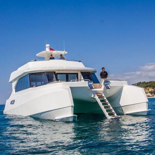 catamaran motor yacht / cruising / flybridge / GRP