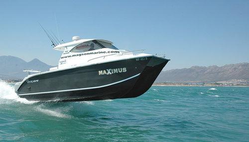 catamaran cabin cruiser / outboard / twin-engine / hard-top