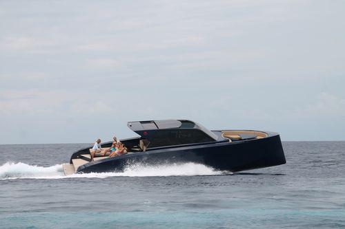 inboard express cruiser / hard-top / yacht tender / 1-cabin
