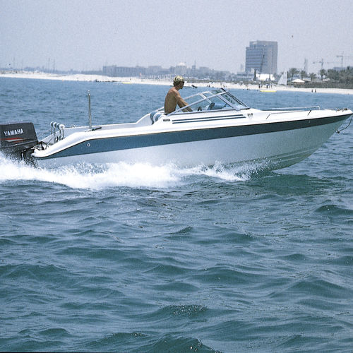 outboard center console boat / open