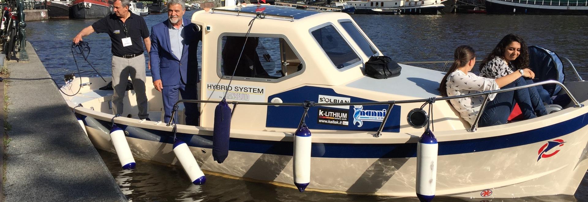 Hybrid propulsion boat with Solbian solar panel