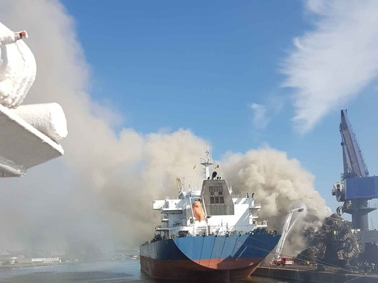Tugs of Kotug Smit Towage tackle the recycling plant blaze at Ghent (Kotug Smit Towage)