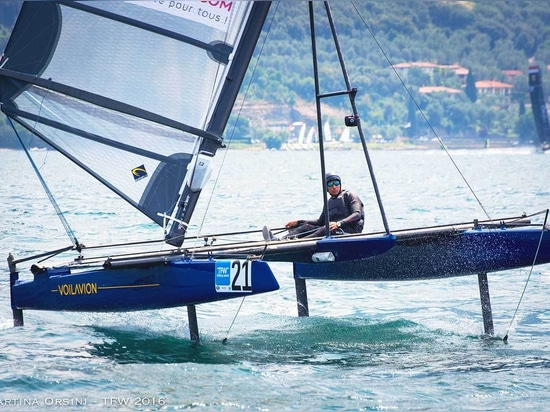 The Voilavion has 4 T foils for more stability and control over the boat, and a mast that tilts 35° for a lifting effect.
