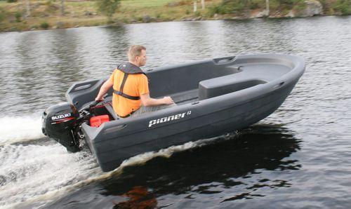 bote com motor de popa / open / de pesca esportiva / máx. 4 pessoas