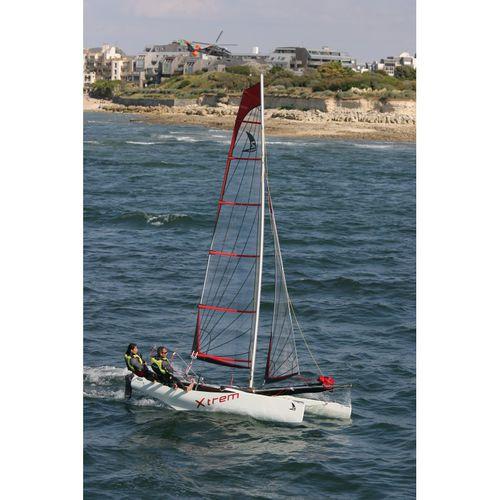 catamarã esportivo para escola / de lazer / para dois tripulantes / com um trapézio