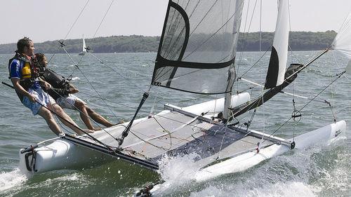 catamarã esportivo de lazer / de regata / para dois tripulantes / com um trapézio