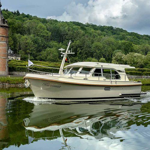 lancha Express Cruiser com motor de centro / a diesel / com hard-top / fluvial