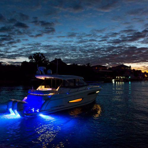 lancha Express Cruiser com motor de popa / trimotor / com hard-top / esportiva