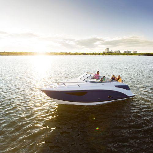 lancha Cabin Cruiser com motor de centro / open